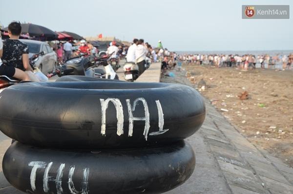 Tại bãi biển, phao được cho thuê với giá 20.000 đồng; áo bơi 30.000 đồng