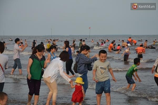 Nhiều em nhỏ vui đùa cùng gia đình ở bãi biển