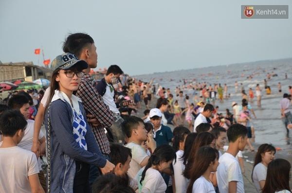 Do số lượng du khách đổ ra bờ biển khá đông, một số chỉ đứng trên bờ vui chơi.