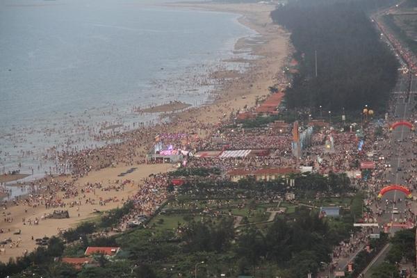 Càng về chiều, du khách bắt đầu kéo ra bờ biển vui chơi, tắm biển
