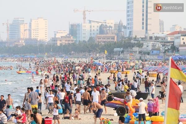 Chiều ngày 30/4, hàng chục ngàn người dân và du khách đã đổ về các bãi biển nổi tiếng của Đà Nẵng khiến các bãi biển như Mỹ Khê, T20, Sao Băng, Phạm Văn Đồng, Liên Chiểu đông nghẹt người
