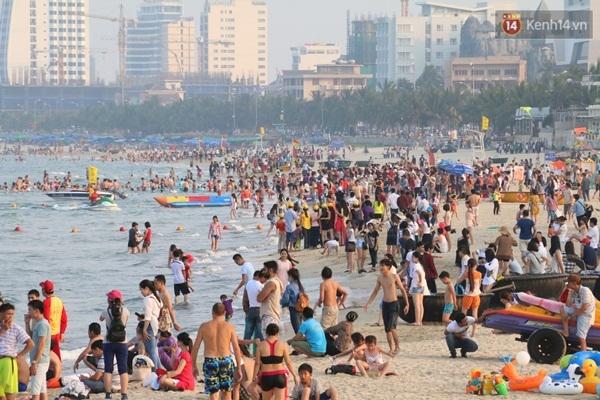 Lượng du khách đổ về các bãi biển ở Đà Nẵng ngày một đông