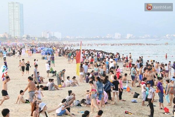 Theo các nhân viên cứu hộ, lượng khách đến các bãi biển của Đà Nẵng vào dịp lễ năm nay cũng đông như năm ngoái