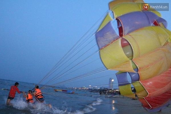 """Các trò chơi mạo hiểm như nhảy dù trên biển hay các môn thể thao dưới nước cũng rất """"đắt"""" khách"""