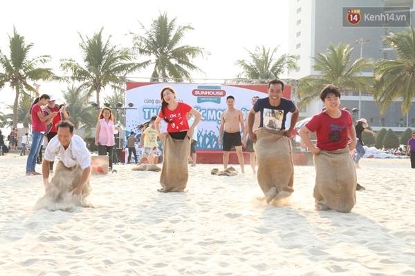 Nhiều trò vui chơi có thưởng cũng được tổ chức bên bãi biển thu hút nhiều du khách tham gia