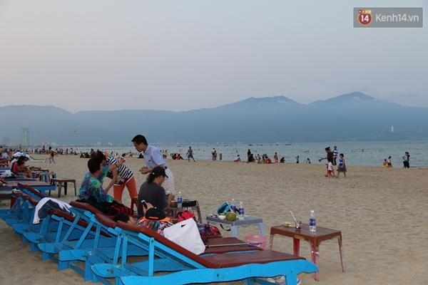"""Các dịch vụ ăn uống, giải khát trên các bãi biển Đà Nẵng có một ngày """"bội thu"""""""
