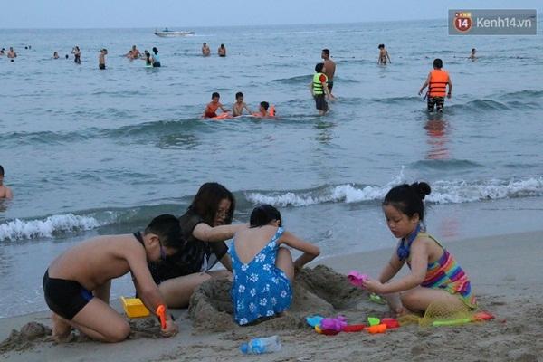 Nhiều đứa trẻ thích thú vì được cha mẹ đưa đi tắm biển