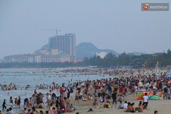 Đến 18h30, mặc dù trời đã chập choạng tối nhưng vẫn còn hàng ngàn du khách tắm biển