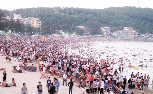 Lượng du khách tại bãi biển Đồ Sơn trong ngày đầu tiên của kỳ nghỉ lễ khá đông