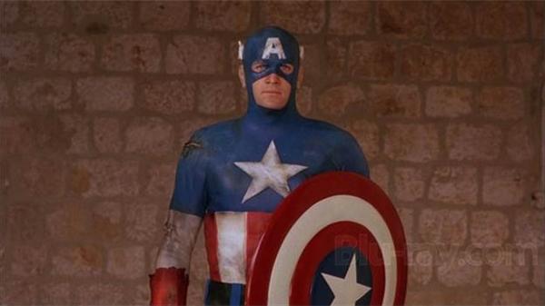 """Giống với tạo hình của hiện tại nhất chính là phần Captain America ra mắt năm 1990. Phần phim này tái hiện lại các cuộc chiến của Đại úy Mỹ khi vừa mới được """"tỉnh lại"""" sau nhiều năm ngủ vùi dưới đáy biển"""