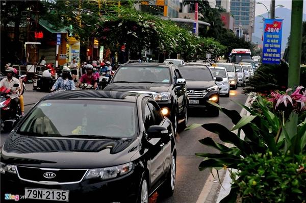 Đường Trần Phú (Nha Trang) lúc 17h chiều 30/4, xe hơi xếp hàng dài di chuyển chậm đến các khách sạn, nhà hàng và bãi tắm.