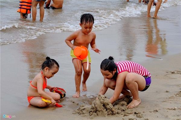 Nhân dịp nghỉ lễ 4 ngày, nhiều gia đình cho trẻ em đi du lịch, làm quen với biển.