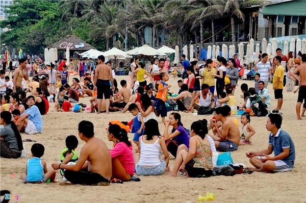 Giá cho thuê ghế dịp này đắt và không còn (50.000 đồng/chiếc), nhiều người ngồi luôn tại bãi cát.