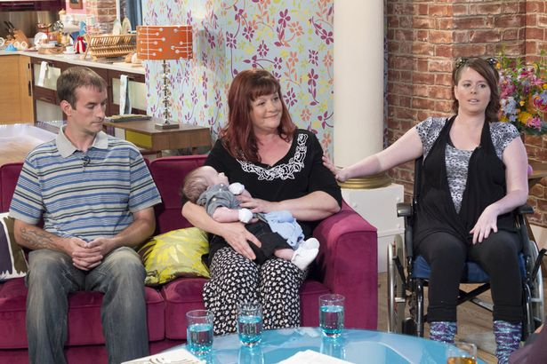 Gia đình củaGemmatrong buổi phỏng vấn: Anh traiChris, mẹJuie, bé Rueben và Gemma.(Ảnh: Internet)