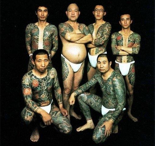 Các thành viên Yakuza với đặc trưng xăm trổ kín người.