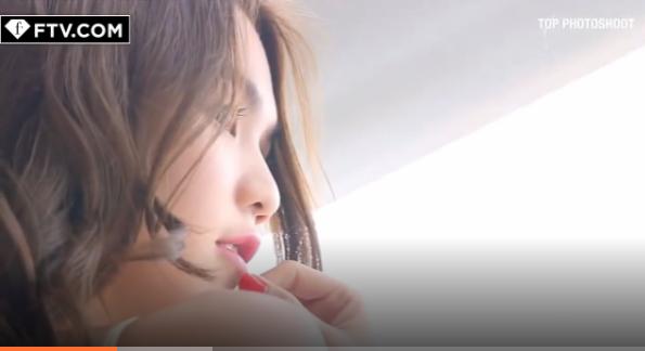 """Ngọc Trinh khoe đường cong """"mướt mắt"""" trên kênh truyền hình quốc tế"""