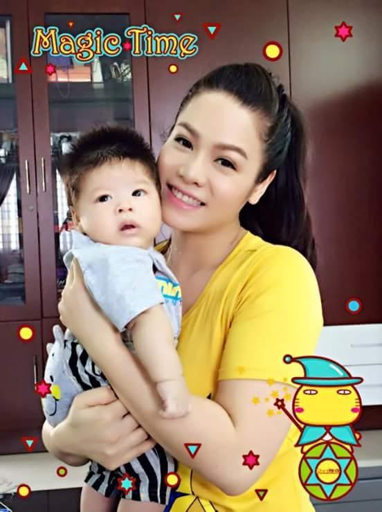 Nữ ca sĩ Nhật Kim Anh sinh con trai đầu lòng vào ngày 20/9 – ngày Việt Nam gia nhập Liên Hiệp Quốc, tại một bệnh viện ở TP.HCM. Bé nặng 4,1kg và sinh bằng phương pháp đẻ mổ. Cậu bé được đặt tên là Ngô Bửu Long, tên tiếng Anh là Ethan. Tên thường gọi của bé ở nhà là Ku Tiin. Chồng Nhật Kim Anh là Bửu Lộc, một nhân viên ngân hàng đang làm việc tại Cần Thơ. - Tin sao Viet - Tin tuc sao Viet - Scandal sao Viet - Tin tuc cua Sao - Tin cua Sao