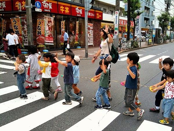 Người Nhật Bản dạy trẻ em về văn hóa xếp hàng từ rất sớm.(Ảnh Internet)