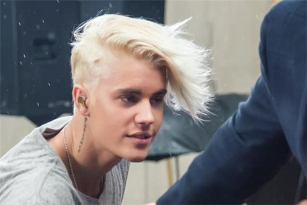 Mái tóc được nhuộm trắng và để lệch một bên cũng khá ấn tượng của Justin Bieber.