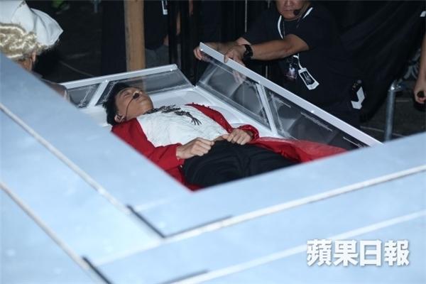 Lâm Phong khiến 10.000 khán giả vỡ òa khi ngồi bật dậy bên các vũ công.