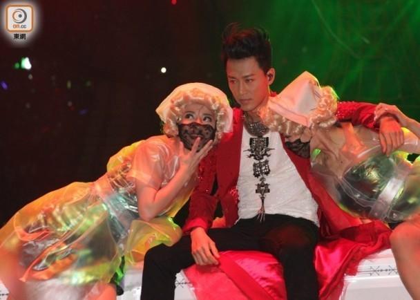 Phần mở đầu như phim kinh dị trong buổi diễn của Lâm Phong.
