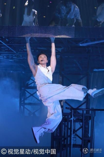 """Lâm Phong có nhiều tiết mục mạo hiểm trong đêm nhạc. """"Âm nhạc với tôi là thử thách. Tôi thích sự phá cách và cả liều mình trên sân khấu"""", anh nói."""