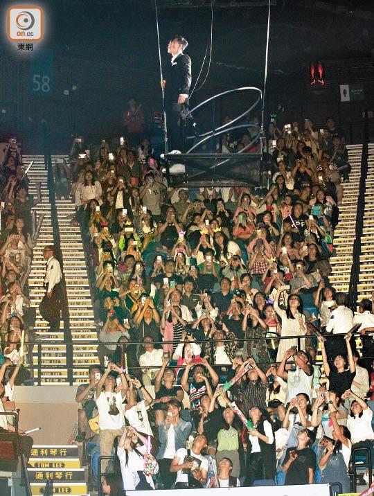 Màn đu dây trên không trung trước đám đông khán giả.