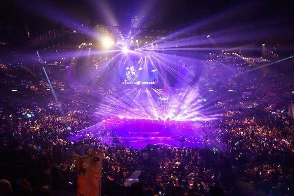 Sân khấu hoành tráng của Lâm Phong. Đêm diễn kín nghịt khán giả với hơn 10.000 vị trí ghế bị lấp đầy.