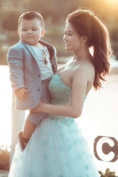 Bi Bo thích thú khi được chụp ảnh cùng mẹ.