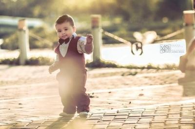Cậu bé diện bộ vest lịch lãm.