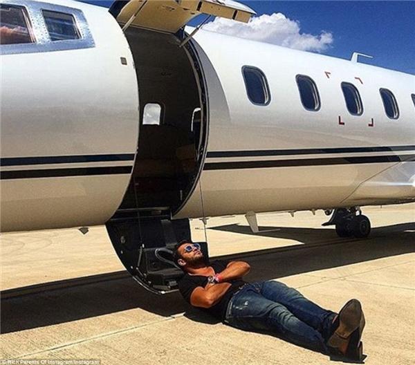 """Một ông bố say ngủ cùng... chiếc phi cơ riêng khiến bao người """"phát sốt"""".(Ảnh: Rich Parents of Instagram)"""