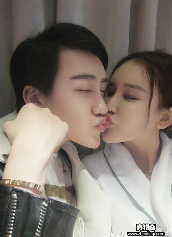 Hình ảnh thân mật của hot boy mặt rắn với bạn gái. (Ảnh: Internet)