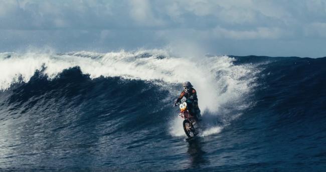 Người đàn ông cưỡi mô-tô trên nước?! (Ảnh: youtube)