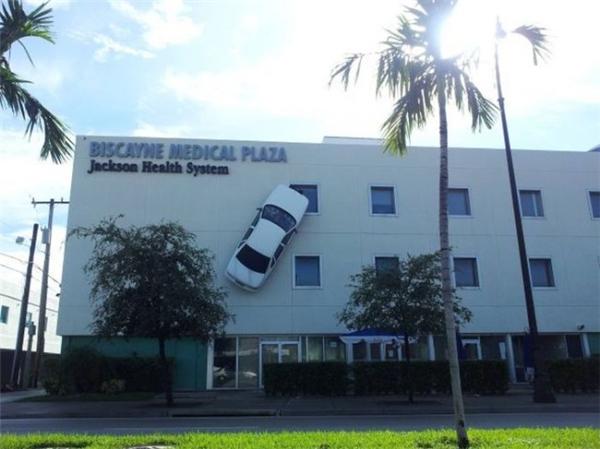 Không chỉ Người Nhện mới có khả năng leo tường mà xe hơi cũng biết... đột biến đấy nhé. (Ảnh: xaftas)