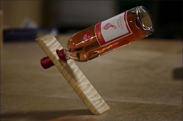 Chỉ cần một mảnh gỗ là có thể làm giá đỡ chai rượu rồi. (Ảnh: pleated-jeans)