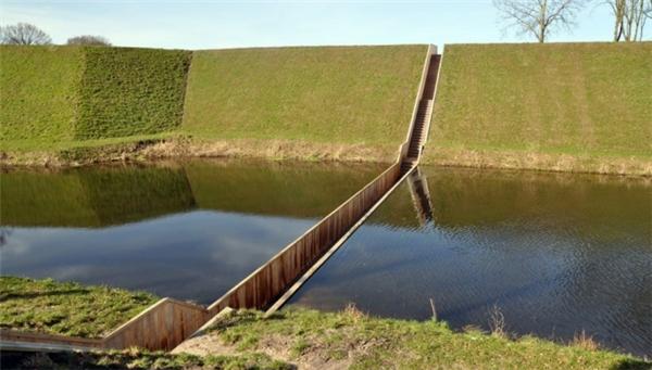 Cầu Moses ở Hà Lan, do nó nằm lọt thỏm dưới mặt nước. (Ảnh: prooz)