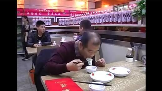 Người đàn ông ăn đồ thừa của khách và cái kết bất ngờ