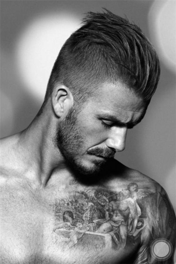 """Với kiểu tóc này, Beckham đã phô diễn được những đường nét góc cạnh đầy thu hút. Chắc chắn hình ảnh này không chỉ khiến các cô gái thổn thức, mà các chàng trai cũng """"liêu xiêu""""."""