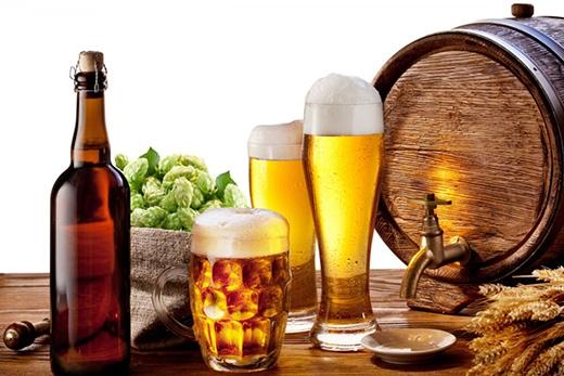 Rượu, bia, và các caffeine là một trong những nguyên nhân khiến bạn đi vệ sinh nhiều lần. (Ảnh: Internet)