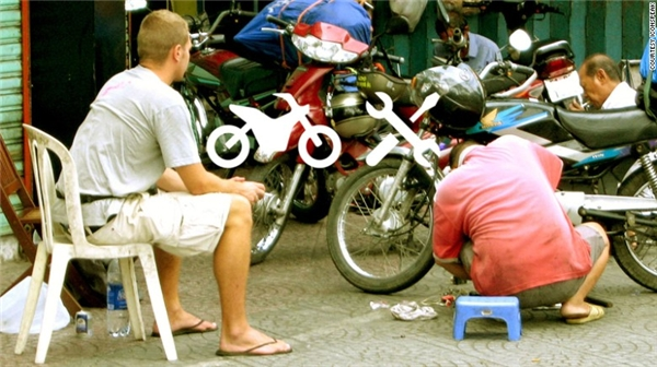 Phải khó khăn lắm, George và các bạn mới có thể giải thích cho người sửa xe về tình trạng của chiếc xe.(Ảnh: Internet)