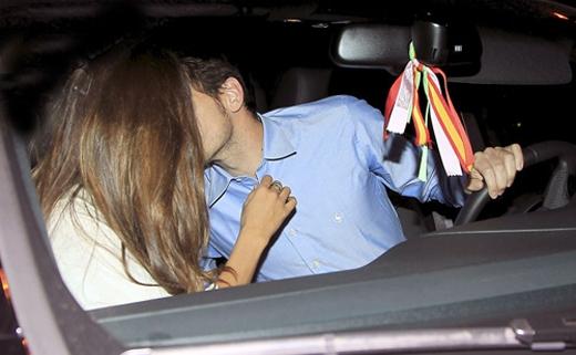 Chàng trai này cũng muốn bắt chước nụ hôn lãng mạn trong phim dành cho bạn gái. Ảnh minh họa.