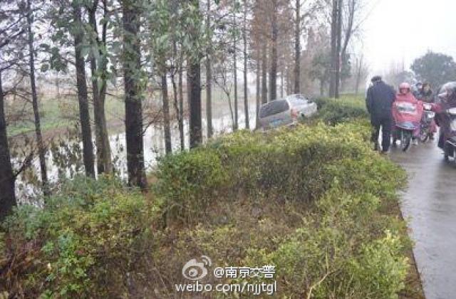 Hiện vụ tai nạn hi hữu trên vẫn thu hút nhiều bình luận của cư dân mạng.
