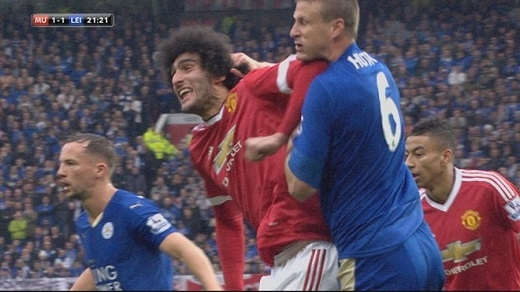 """Fellaini với hành động """"thúc cùi chỏ"""" vào mặt Robert Huth. (Ảnh: Skysports)"""
