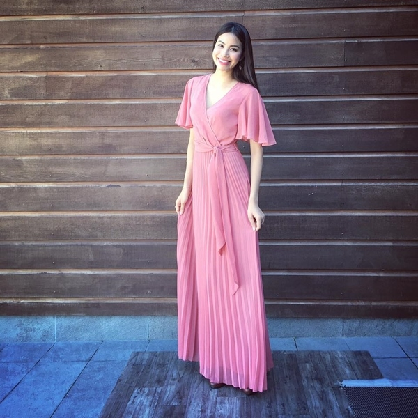 """Trong hè 2016 này, bên cạnh họa tiết hoa lá, những chiếc váy đơn sắc với tông hồng pastel, hồng thạch anh sẽ là gợi ý tuyệt vời cho bạn. Bởi chúng đang là xu hướng làm mưa làm gió trên khắp các """"mặt trận""""."""