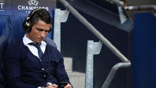 Ronaldo từng buồn bã ngồi dự bị ở lượt đi trước Man City