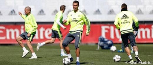 Ronaldo chạm bóng, tìm cảm giác