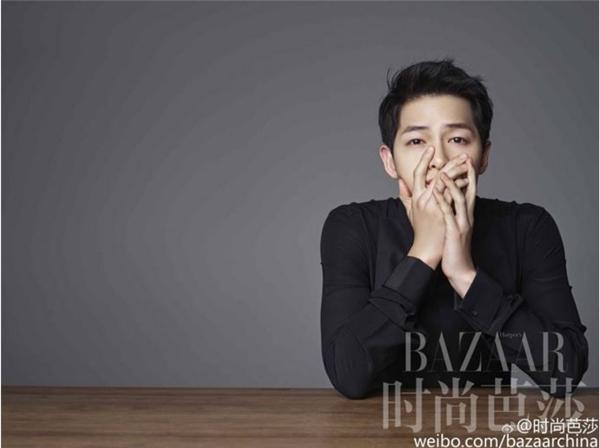 Chỉ cần áo sơ mi đen đơn giản, không chỉ riêng Song Joong Ki mà mọi chàng trai đều có thể ghi điểm trong mắt các cô gái.
