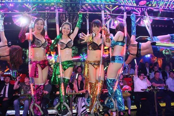 Những cô gái múa cột trong những bộ trang phục sặc sỡ, táo bạo.