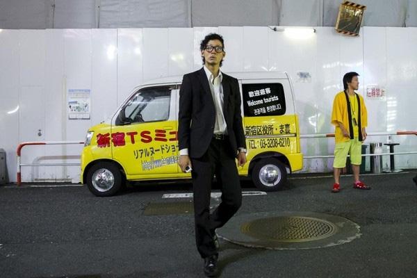Một nhân viên tiếp thị cho hộp đêm ở Kabukicho.