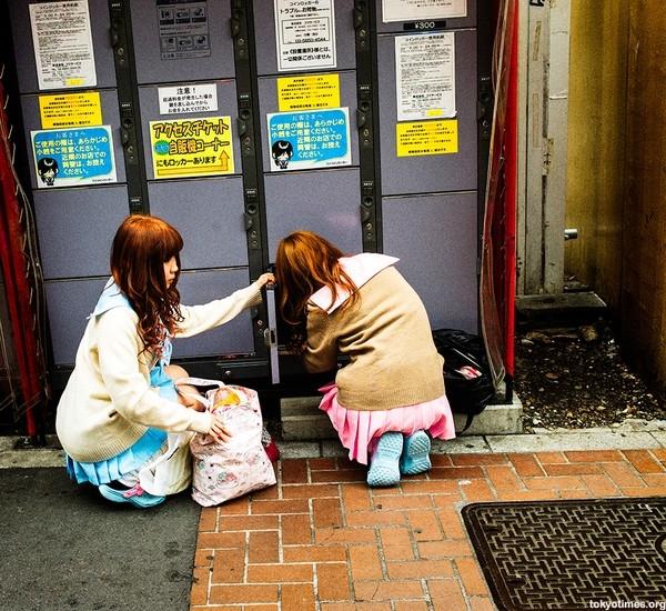 Ở Nhật rất thịnh hành việc các nữ sinh đi làm part-time trong những bộ đồng phục học sinh.